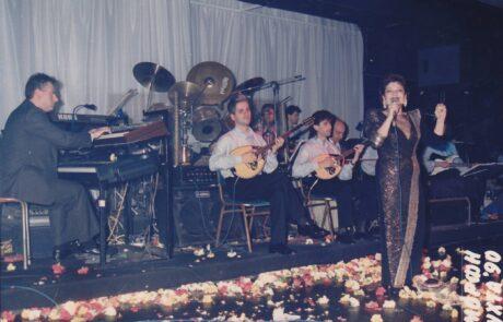 1990 στην Ομορφη Νύχτα με την Πίτσα Παπαδοπούλου. Μαέστρος ο Φαίδων Λιονουδάκης, Βιόλι ο Γιώργος Κόρος, Μπουζούκι ο Γιώργος Ιωαννίδης.