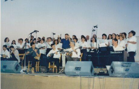 Συναυλία στο Πλωμάρι Μυτιλήνης το καλοκαίρι του 1999, με την χορωδία του Πλωμαρίου. Μαέστρος ο Γιώργος Παζαϊτης. Απο δεξιά προς αριστερά, στο πιάνο ο αδελφικός μου φίλος Μάρκος Αλεξίου, στο μπουζούκι ο Γιώργος και Νίκος Δεγερμετζόγλου, Τάσος Σδρόλιας και Πέλη Σταύρου.